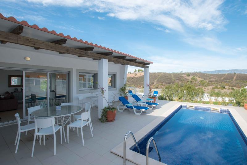 Stunning 3 bedroom villa with countryside views, available immediately!
