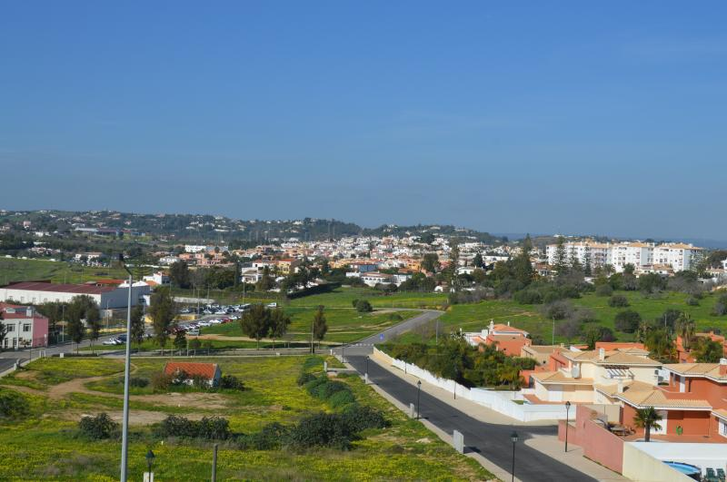 Available Immediately! Superb 2 Bed Apartment close to Porto de Mos!